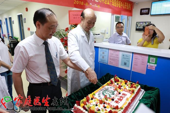 中山大学孙逸仙纪念医院儿科主任方建培教授、黄绍良教授(右一)切蛋糕庆祝造血干细胞移植中心开区。