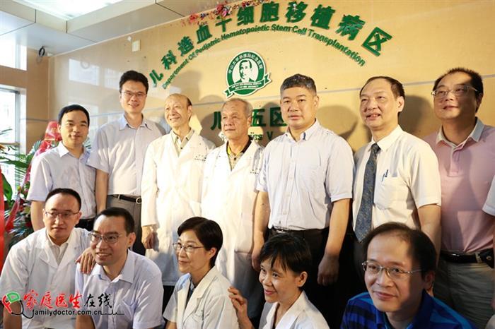 中山大学孙逸仙纪念医院院长宋尔卫教授及与会来宾在开区仪式上合影。