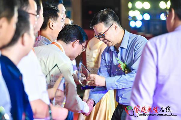 广州白云山医药集团股份有限公司总经理黎洪进行颁奖