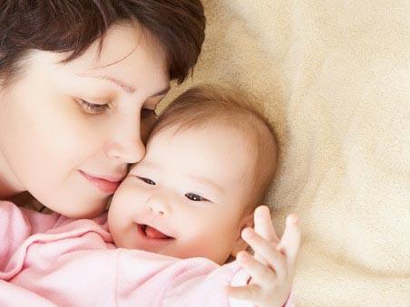 给宝宝拍嗝防吐奶