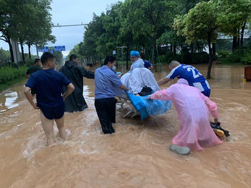 广州深夜暴雨孕妇临产 医务人员趟水营救