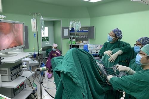 """切除卵巢肿瘤不留疤?医生 """"另辟蹊径"""",助患者一箭双雕"""
