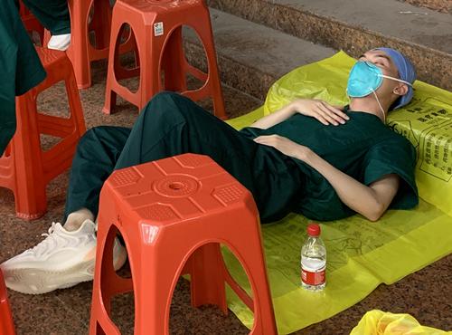 天为被,地为床!细数抗疫人员令人心疼的休息瞬间