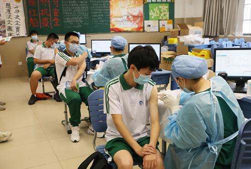 广州海珠区15-17岁人群集中接种新冠疫苗启动!